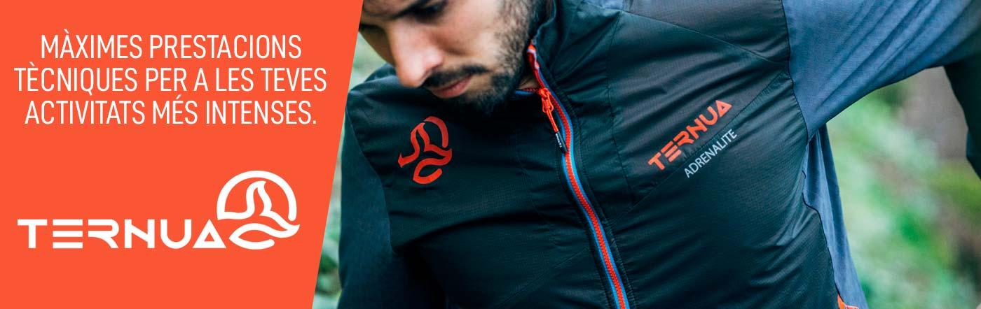 Atleta corrent a la muntanya amb una jaqueta de la marca Ternua.